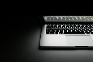 ordenador-fondo-negro